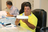 """Durante a sessão, Ditinho Muleta, leva bolo para """"comemorar"""" um ano da queda da Ponte próxima ao fórum"""